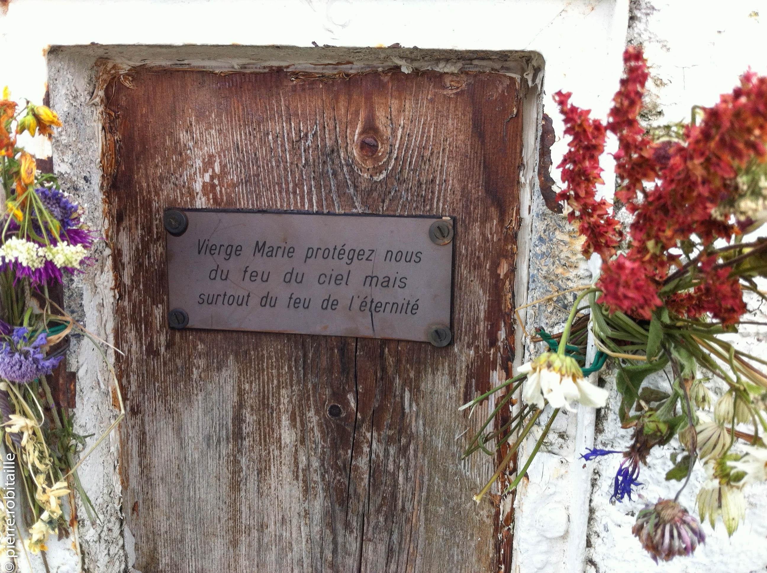 Au pied de la statue de la Vierge du Châtelard (La Giettaz, 73)